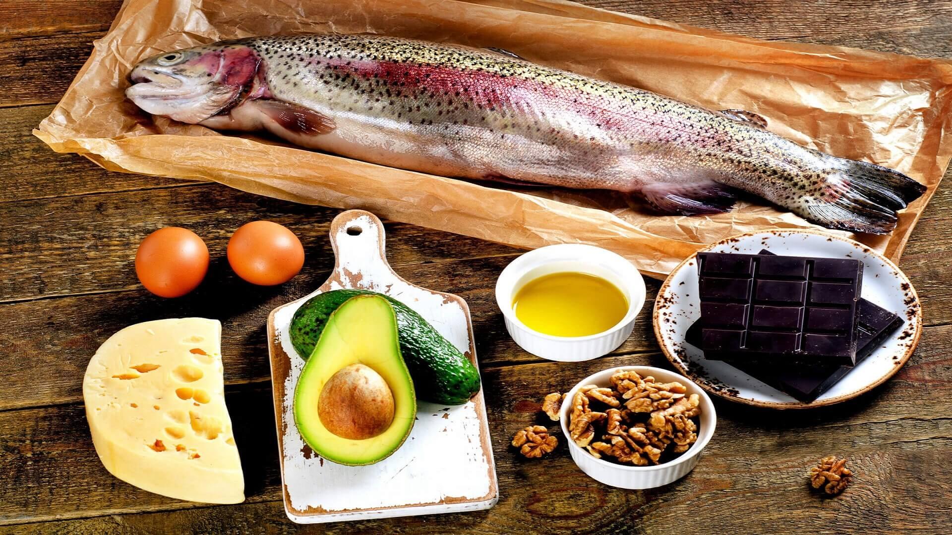 Dieta tłuszczowa – korzyści i ryzyko związane z większą podażą tłuszczy