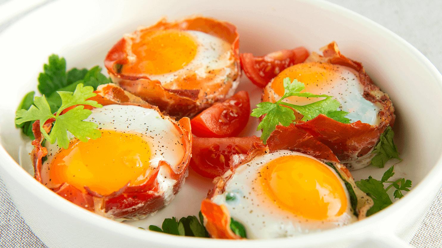 Jajka w koszyczkach z szynki parmeńskiej