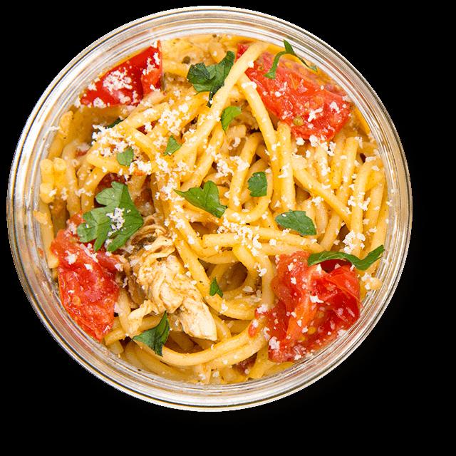 spaghetti z kurczakiem i pomidorkami koktajlowymi