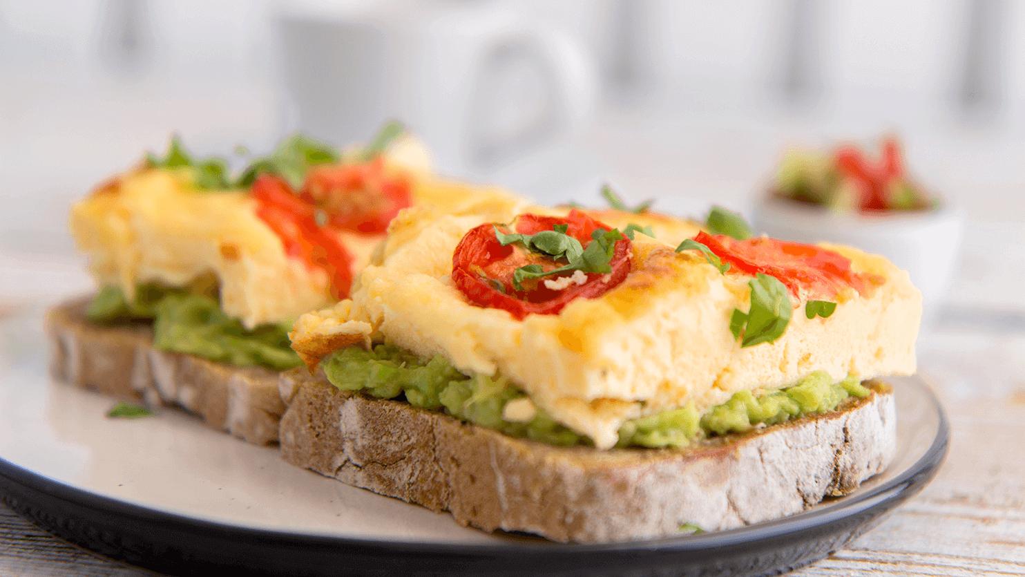Kanapka z omletem i pastą z awokado