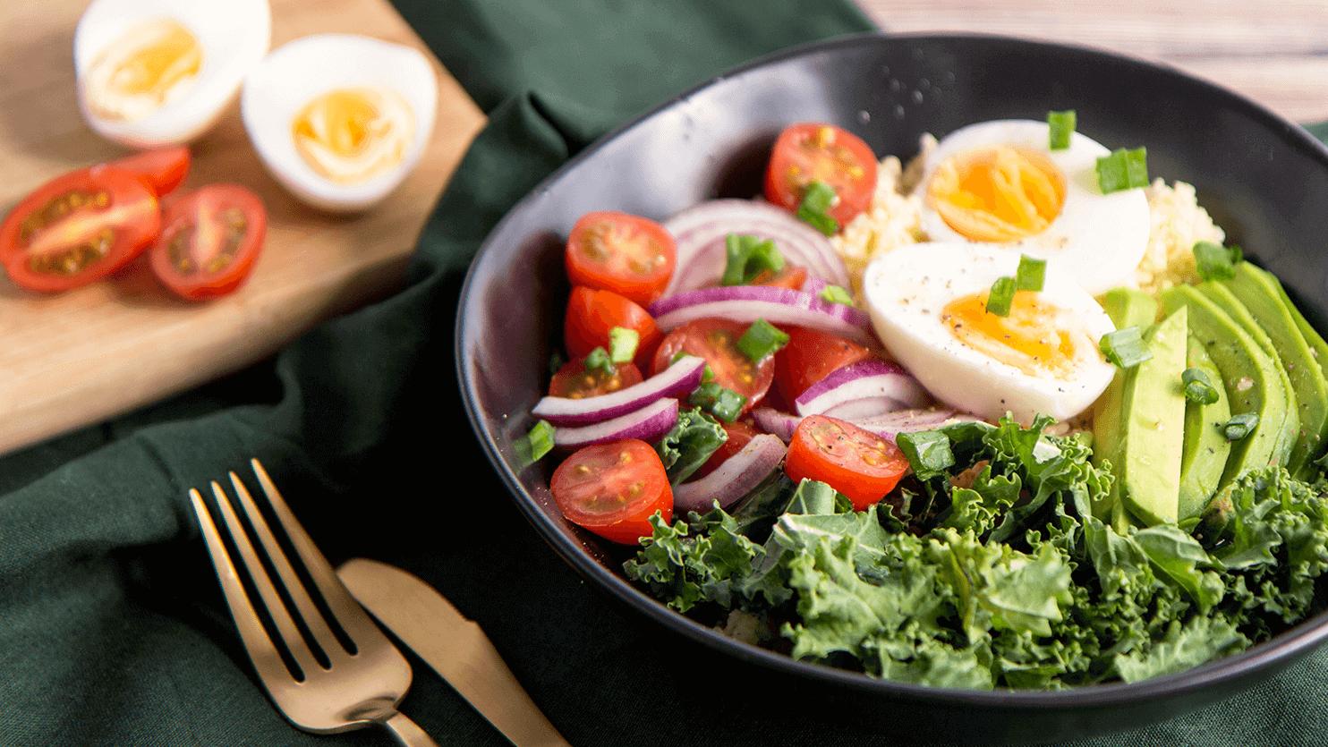 Sałatka z kaszą jaglaną, jajkiem, jarmużem i awokado
