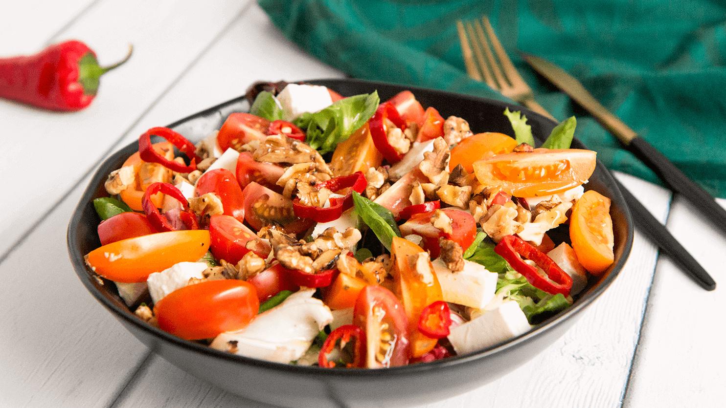 Sałatka z fetą, pomidorkami i chili