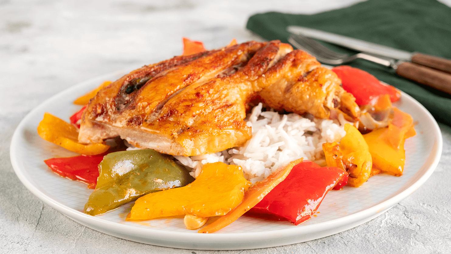 Kurczak pieczony z pastą harrisa i warzywami