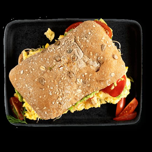 kanapka z jajecznicą i awokado