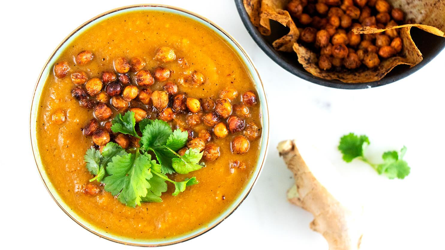 Zupa z batatów i marchewki z pieczoną ciecierzycą