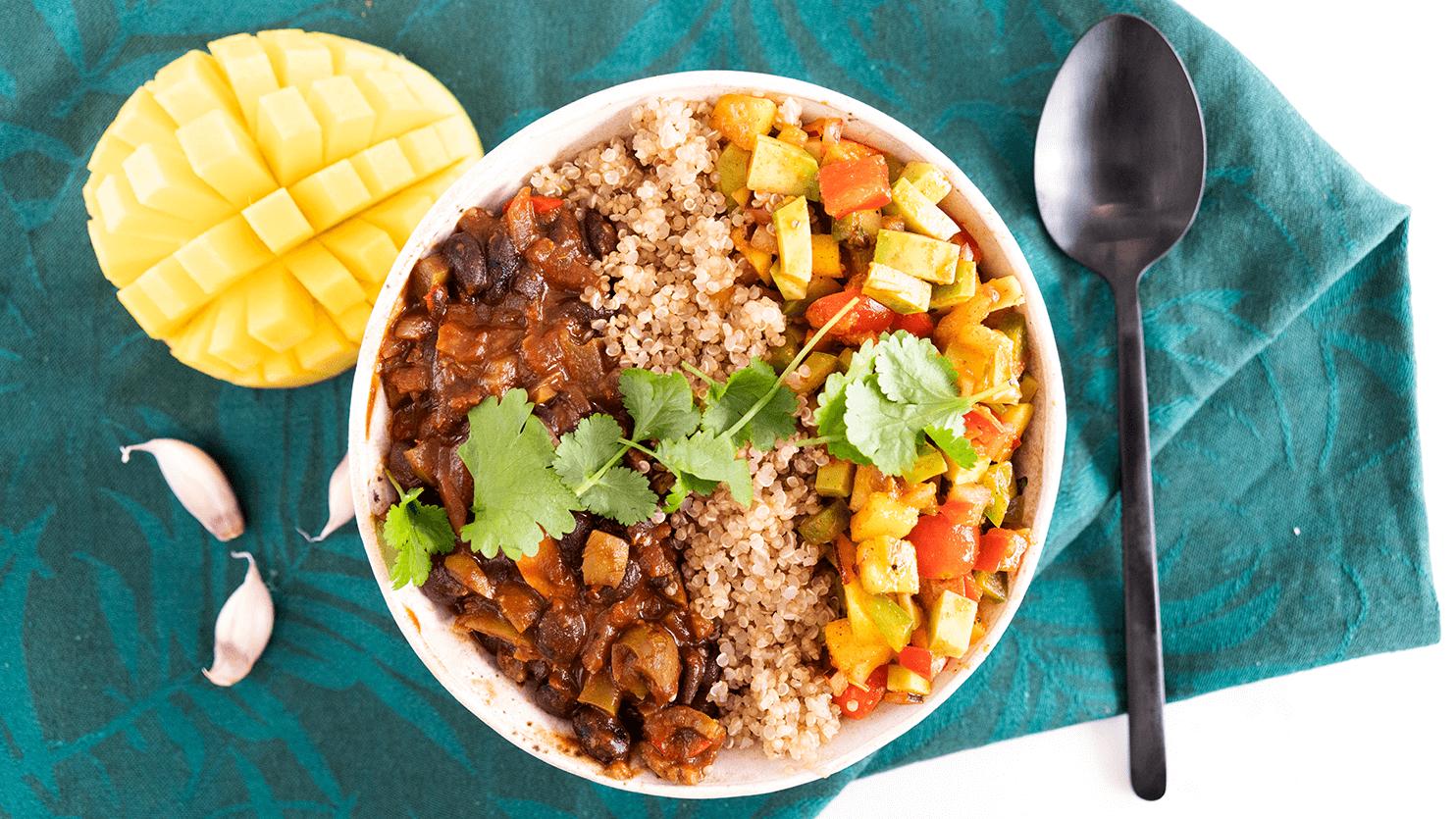 Bowl z czarną fasolą, komosą ryżową oraz salsą z mango i awokado