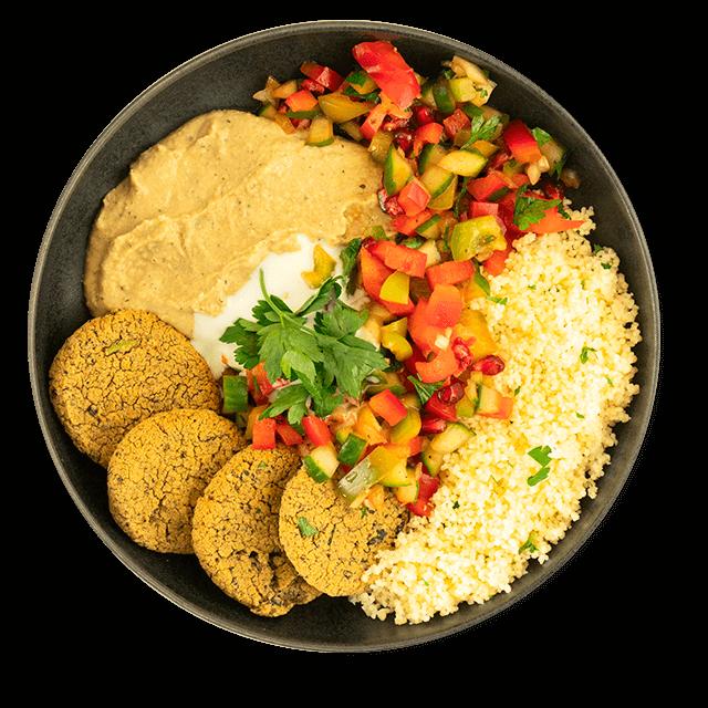 falafel z hummusem, warzywami i kaszą kuskus