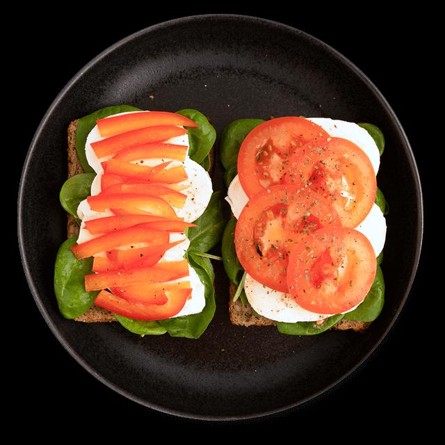 kanapka z mozzarellą i warzywami