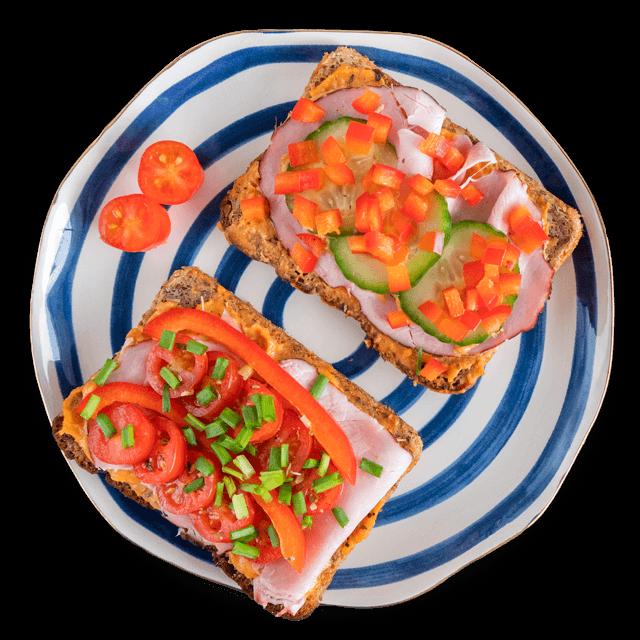 kanapki z hummusem, wędliną i warzywami