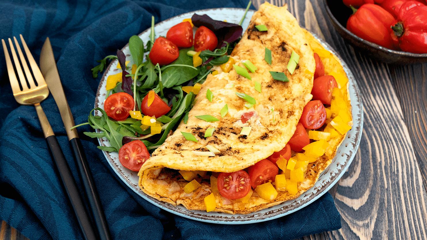 Omlet z szynką, pomidorami i papryką