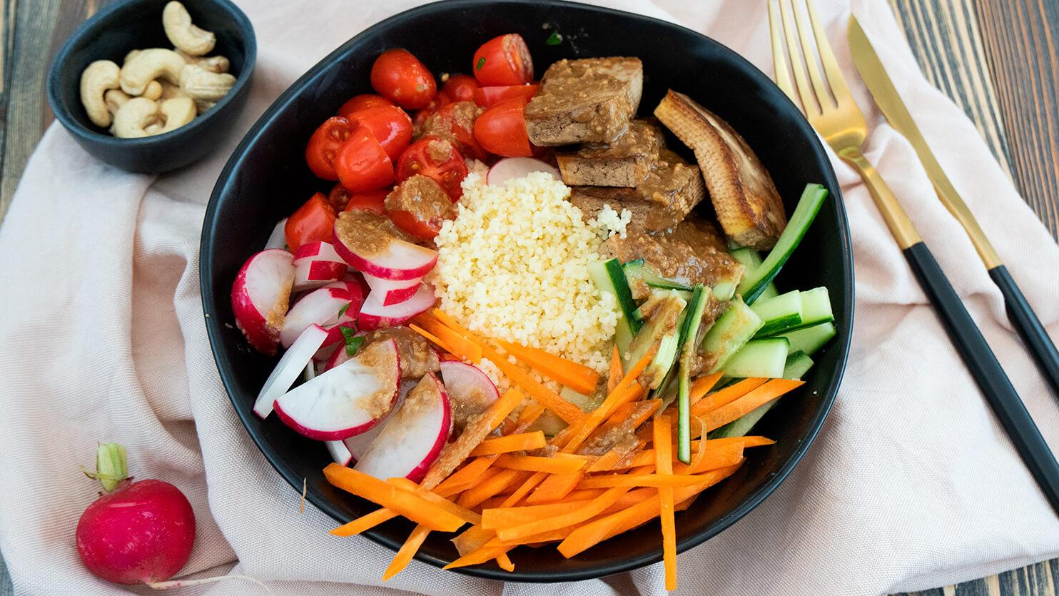 Kuskus z tofu i orzechowym sosem