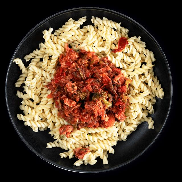 makaron z indykiem w sosie pomidorowym