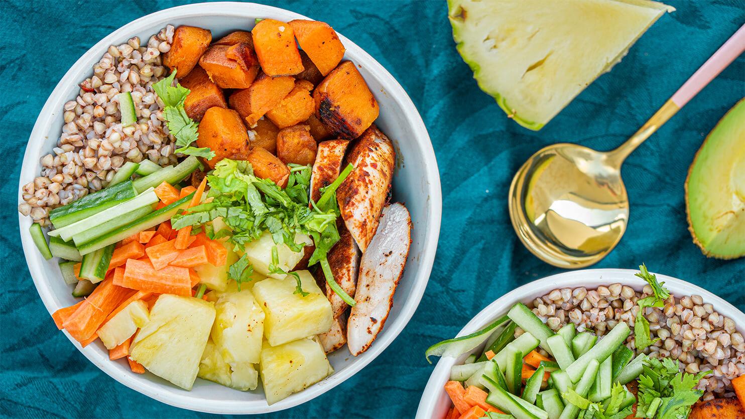 Buddha bowl z kurczakiem i ananasem