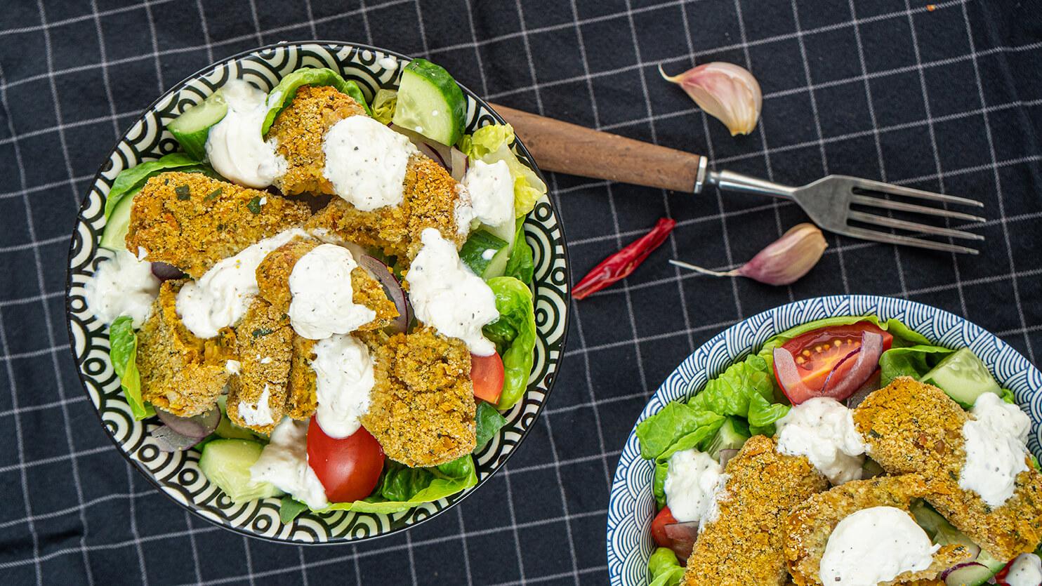 Sałatka z wegańskimi nuggetsami