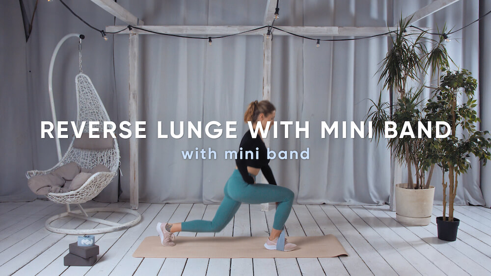 Reverse lunge with mini band