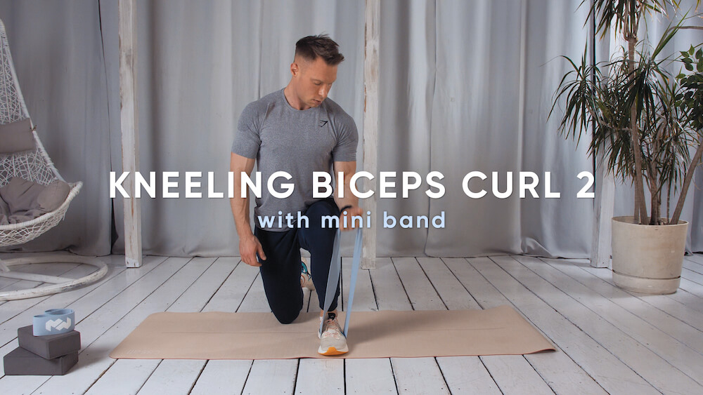 Kneeling biceps curl with mini band 2