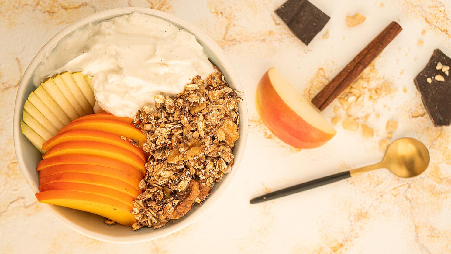 Bowl śniadaniowy z jabłkiem i kaki