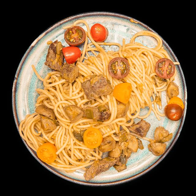 makaron spaghetti z wołowiną i warzywami