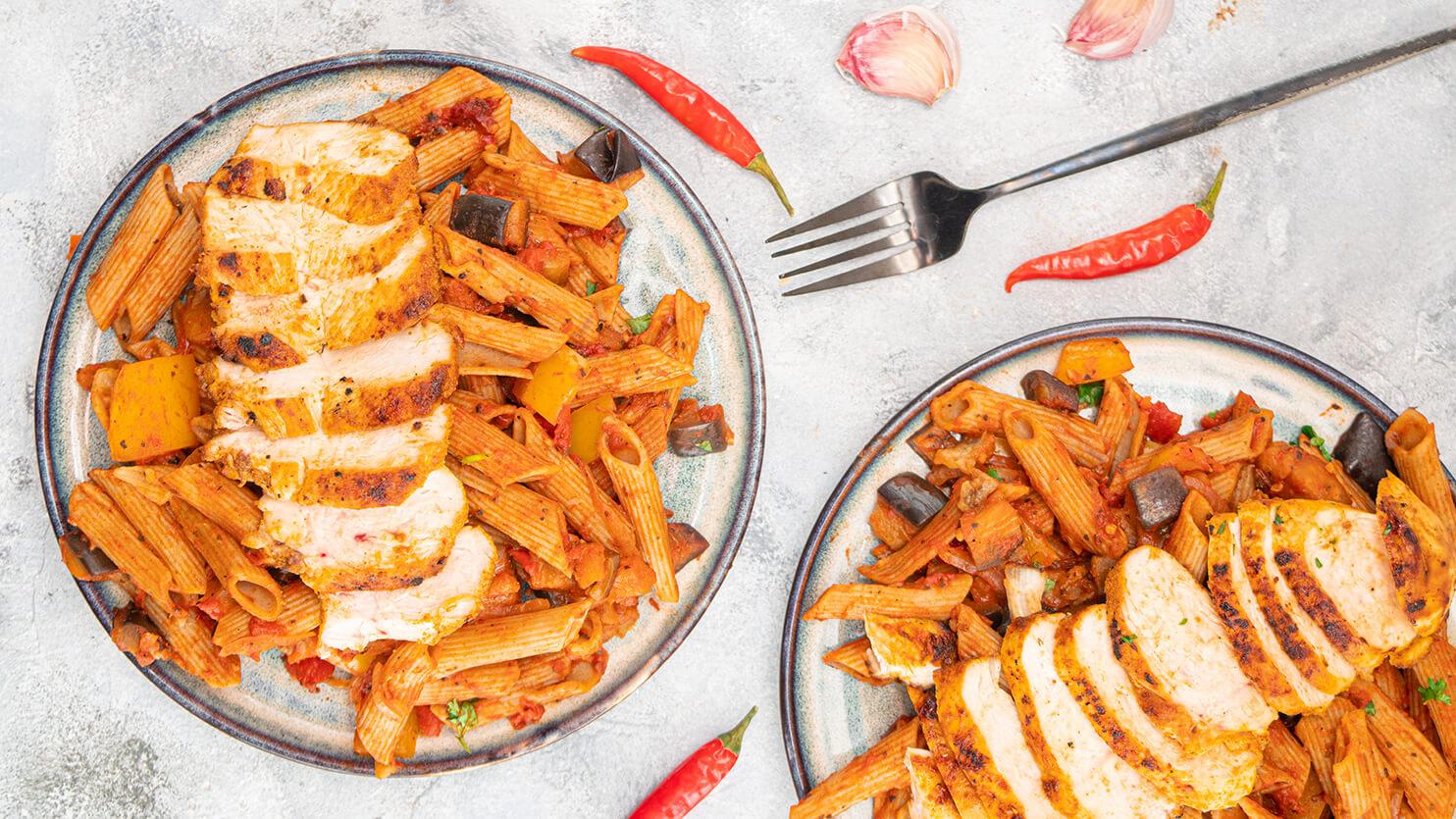 Pomidorowy makaron z grillowanym kurczakiem i bakłażanem