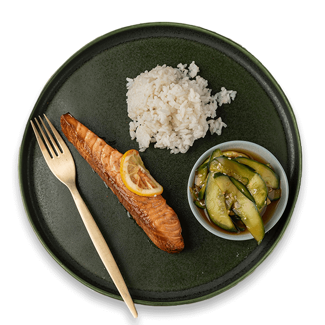 Łosoś w sosie imbirowo-sojowym z ryżem i sałatką z ogórka