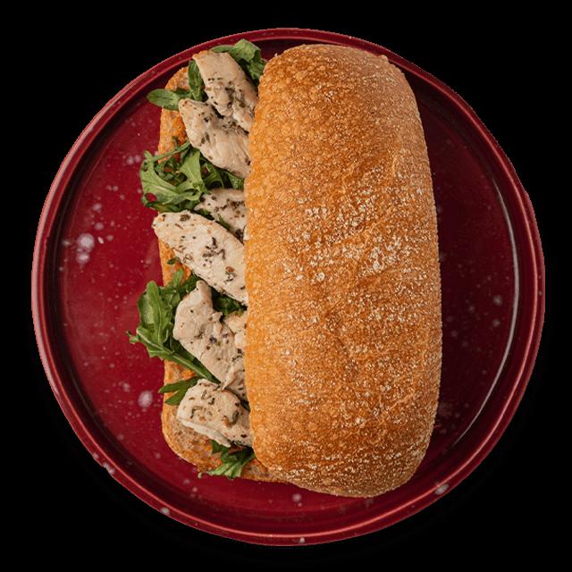kanapka z pieczoną piersią z kurczaka, pastą z suszonych pomidorów i rukolą