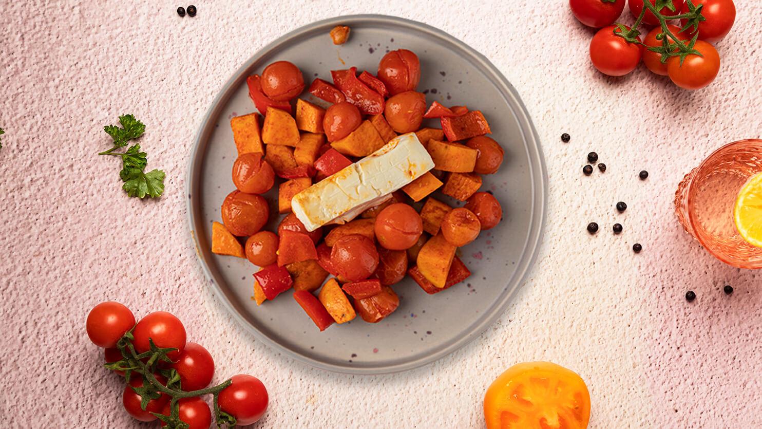 Ser feta zapiekany z batatami, pomidorkami i papryką
