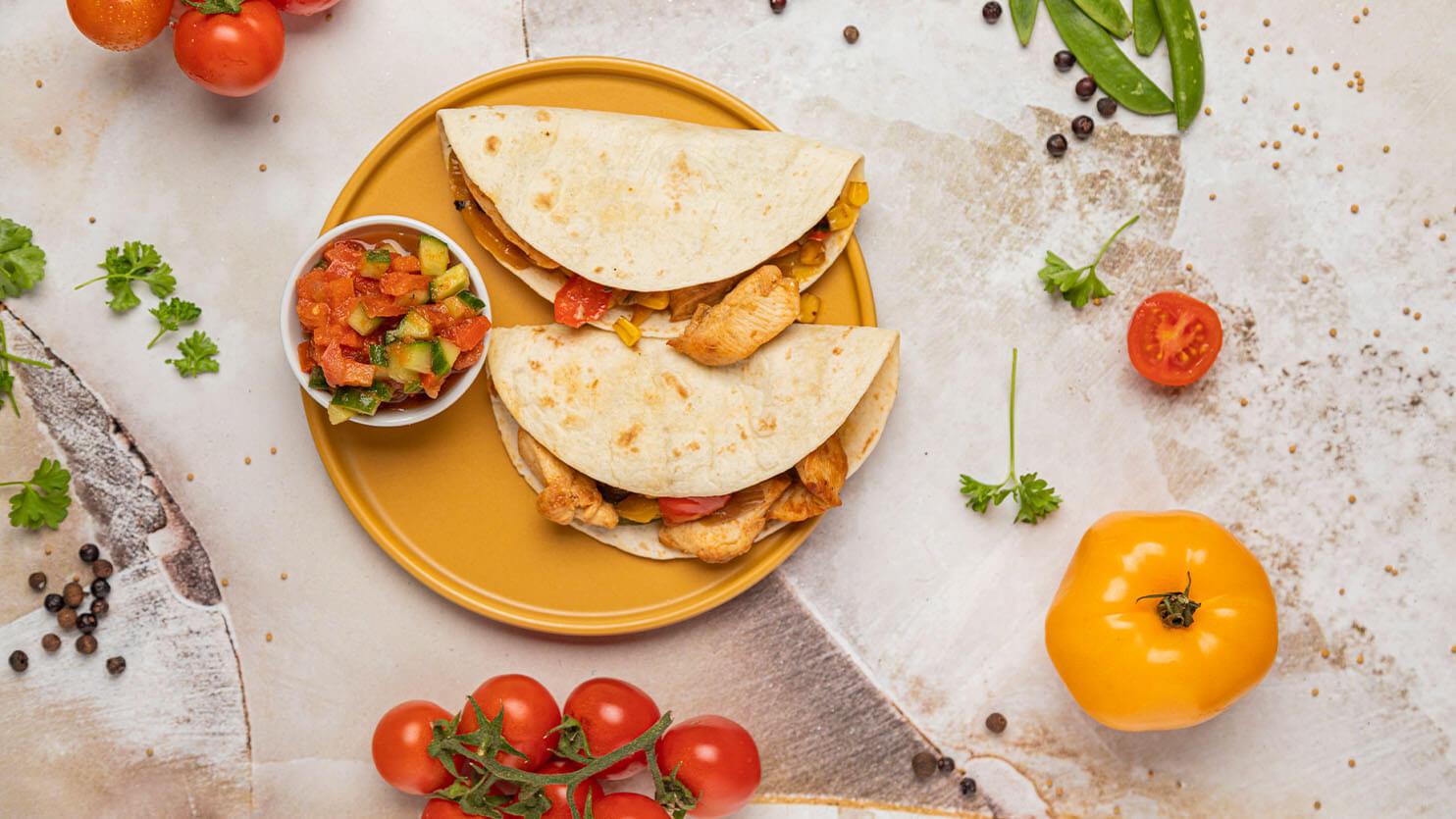 Meksykańskie tacos z grillowanym kurczakiem i sosem salsa
