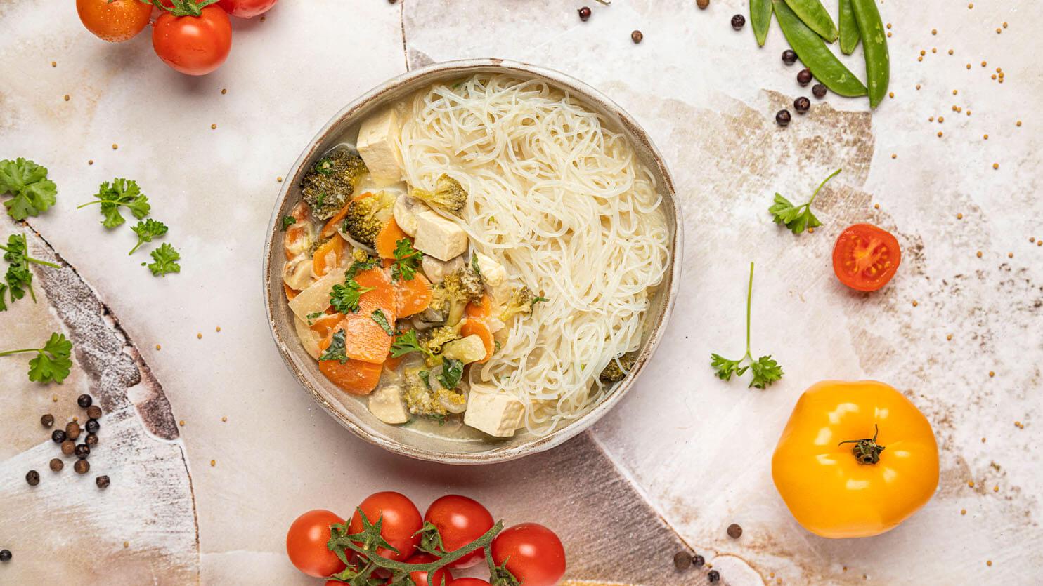 Tajska zupa z tofu, pieczarkami i makaronem sojowym