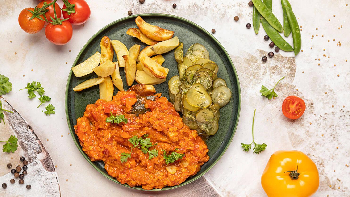 Wegański gulasz z soczewicą, warzywami i surówką z kiszonych ogórków