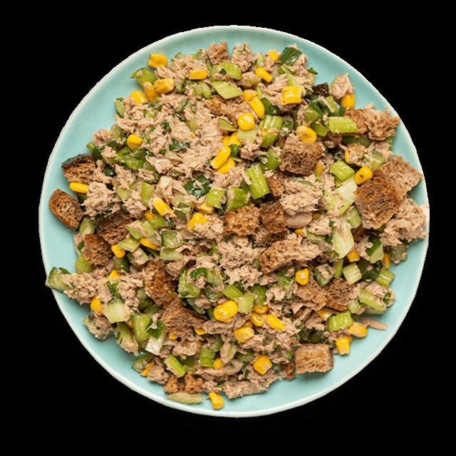 sałatka z tuńczykiem, ogórkiem, selerem naciowym, kukurydzą i grzankami