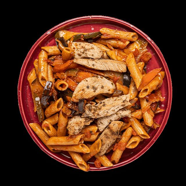 makaron z indykiem, bakłażanem, marchewką i pomidorami