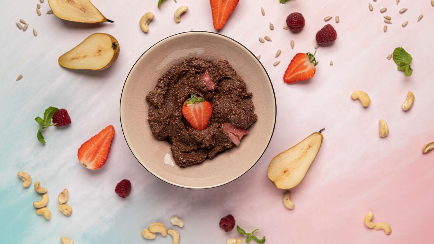 Pudding czekoladowy z truskawkami
