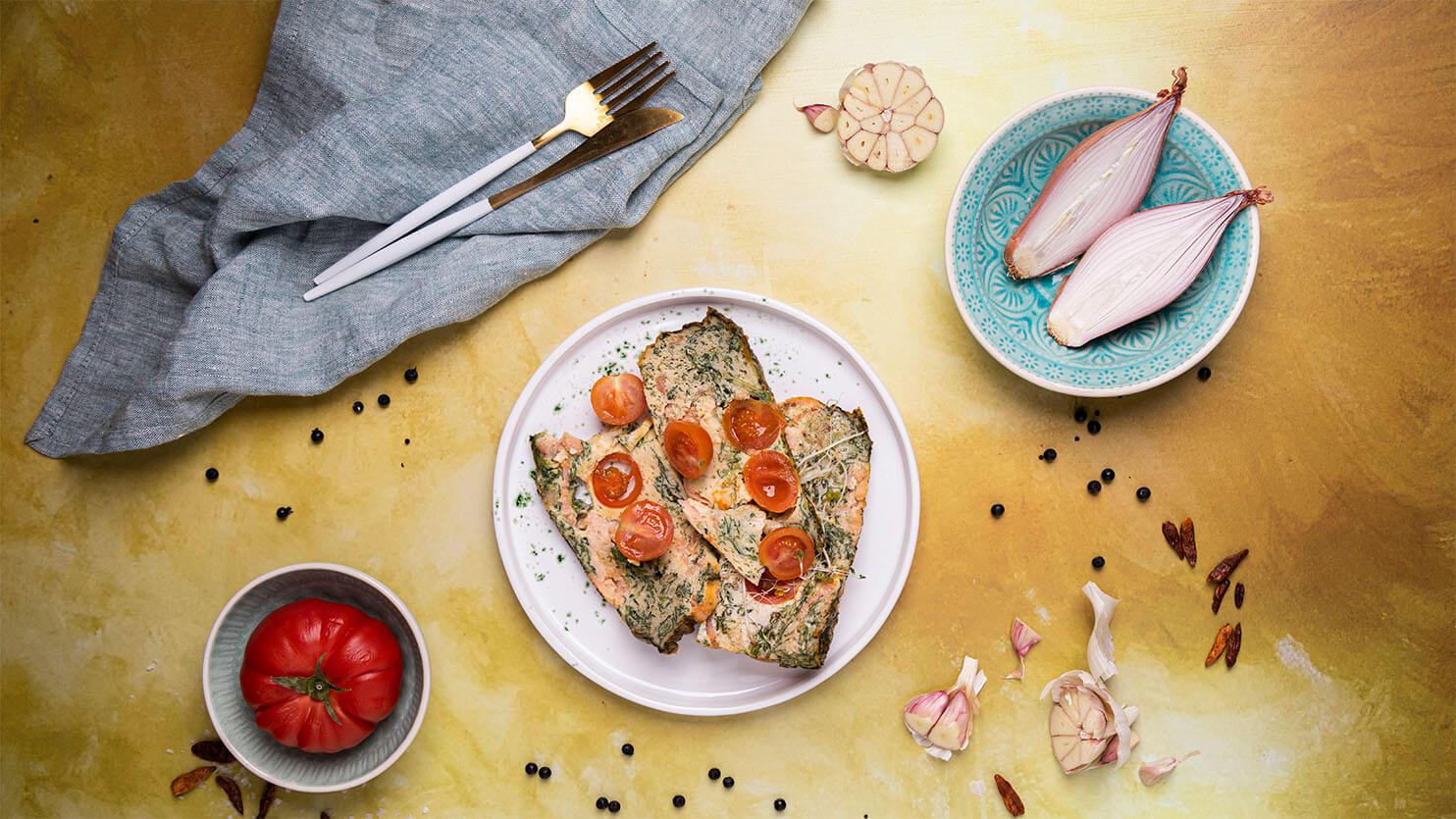 Omlet z wędzonym łososiem, szpinakiem i pomidorkami koktajlowymi