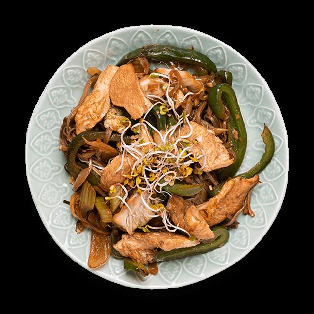 japoński makaron z pieczonym kurczakiem i warzywami