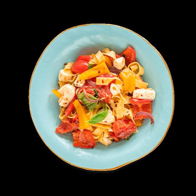 makaron z pieczonymi warzywami i serem mozarella