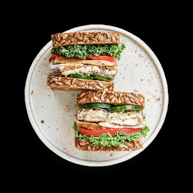 kanapka z pieczonym indykiem, hummusem i warzywami